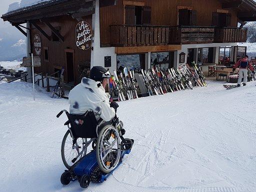 Diapo 5 : photo représentant une personne sur un fauteuil roulant sur de la neige