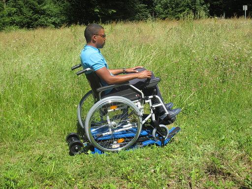 Diapo 4 : photo représentant une personne sur un fauteuil roulant sur de l'herbe