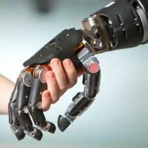 Photo de la main d'une petite fille tenant une prothèse de main bionique
