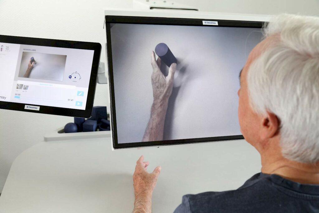 Diapo 4 : Homme qui met son bras en-dessous d'un écran, dans l'écran on voit le bras prendre un objet non réel
