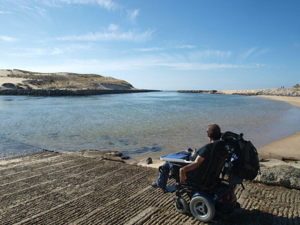 Diapo 4 : Photo d'une personne en fauteuil roulant au bord d'un lac