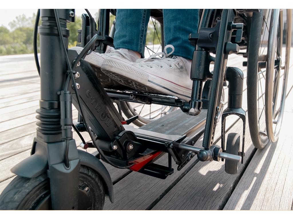 Diapo 4 : Le dispositif Globe Trotter qui attache une trottinette à un fauteuil roulant