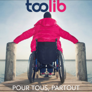 Photo d'une personne en fauteuil roulant sur un pont devant la mer, avec écrit en dessous «Pour tous, partout»