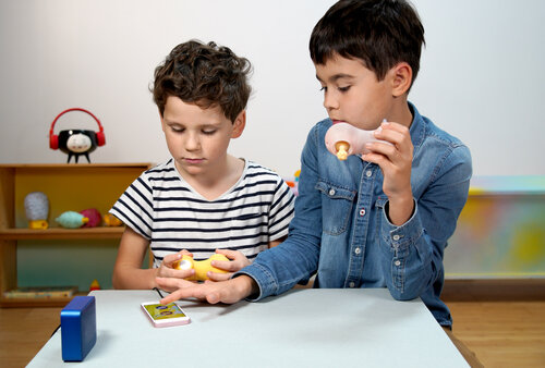 Diapo 2 : Photo de deux garçons jouant avec Sound Explorer