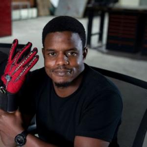 photo représentant le créateur des gants SIGN IO avec le gant à la main