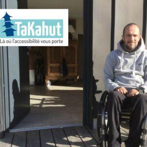 Photo d'un homme en fauteuil roulant devant une maison avec à côté le logo de TaKahut où il y a marqué en-dessous «Là où l'accessibilité vous porte»