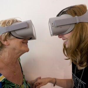 Deux femmes face à face avec le casque de réalité virtuelle Oséos