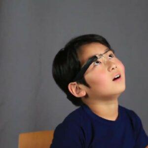 Petit garçon avec le dispositif Empowered Brain