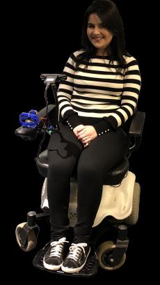 Diapo 2 : une femme en fauteuil roulant utilisant wheelie