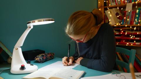 Diapo 4 : fille qui utilise lexilight