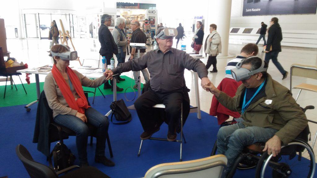 Diapo 2 : trois personnes avec des lunettes de réalité virtuelle