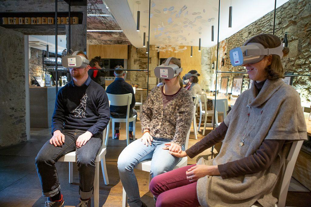 Diapo 3 : trois personnes avec des lunettes de réalité virtuelle