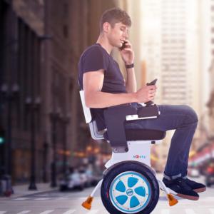 Personne à mobilité réduite utilisant le fauteuil roulant Boosty avec un téléphone à la main
