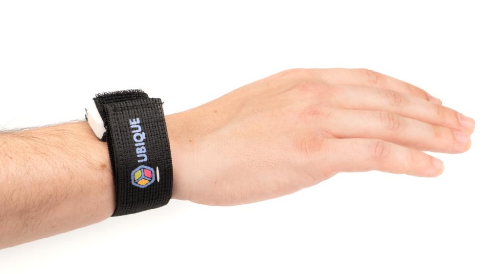 Diapo 3 : Photo d'un bras avec le capteur Ubique au poignet