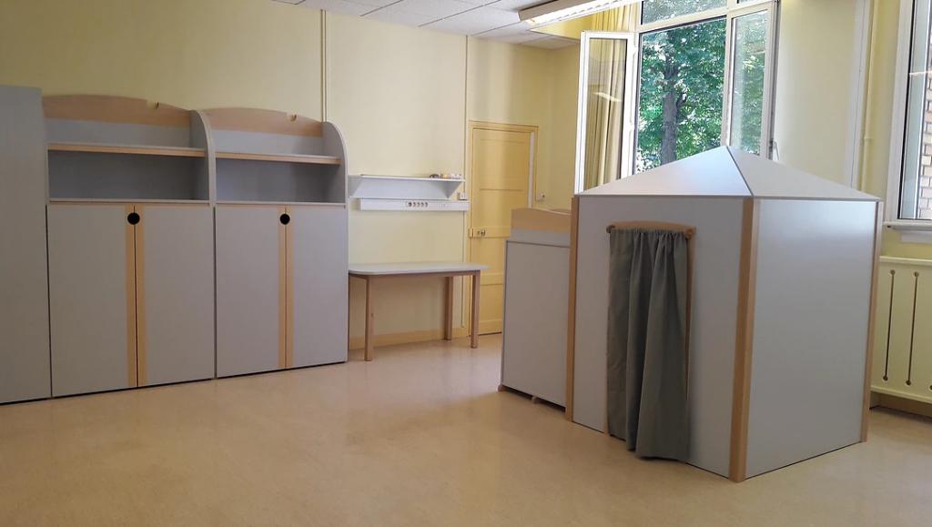Diapo 2 : espace adapté par Andibo pour une salle de classe avec des mobiliers gris et des armoires arrondies