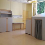 espace adapté par Andibo pour une salle de classe avec des mobiliers gris et des armoires arrondies