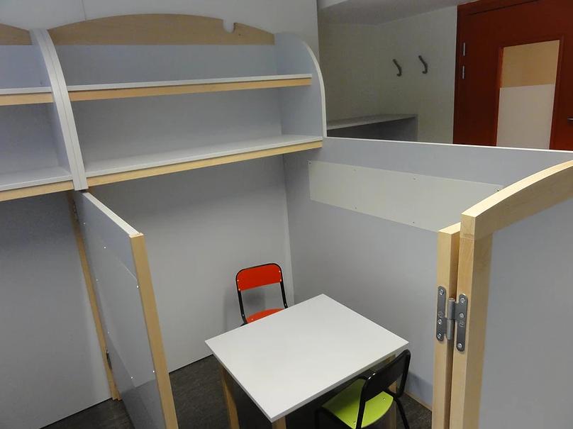 Diapo 3 : petit espace adapté par Andibo avec une chaise et une table de forme carré