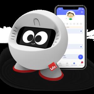 Photo robot Leo avec un smartphone à côté où y figure l'application