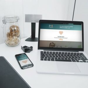 Photo d'un ordinateur et d'un téléphone avec l'interface de EaseMyDisease