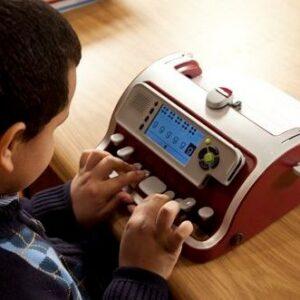Enfant utilisant le clavier Perkins Smart Brailler
