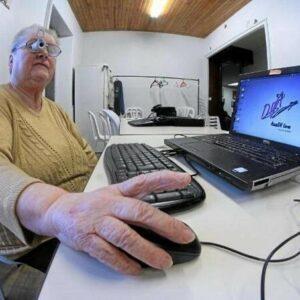 Personne âgée ayant un problème de vue qui utilise Access DV