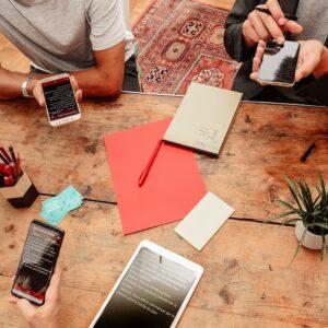 Photo de plusieurs personnes sur leur téléphone utilisant l'application Messag'in