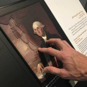 Photo d'une personne qui touche une image en 3D