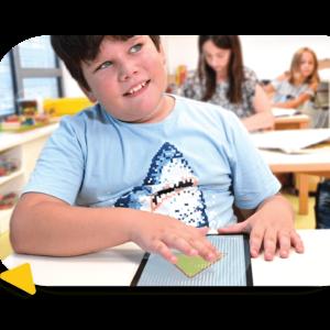 Enfant malvoyant qui utilise la tablette en braille Feelif pour reconnaitre le dessin dessus