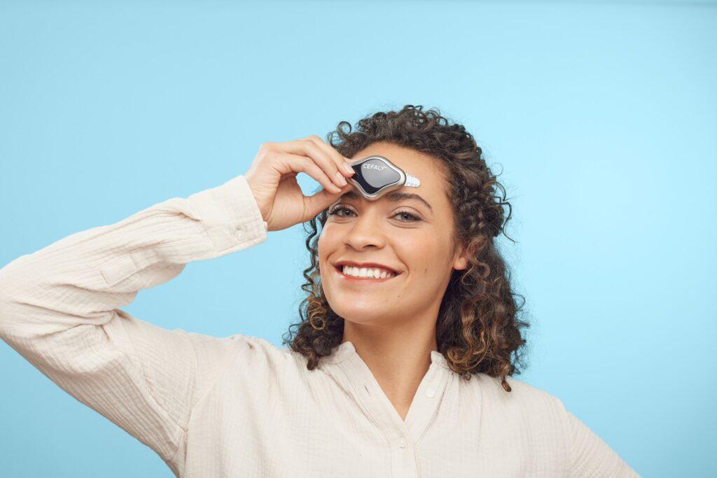 Diapo 4 : Photo d'une femme avec le nouveau dispositif Cefaly sur le front