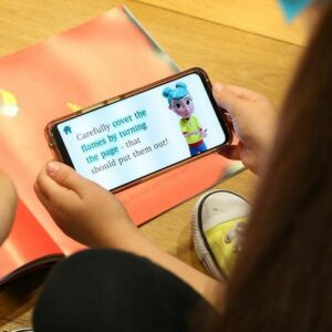 Un téléphone avec l'application StorySign et un livre compatible
