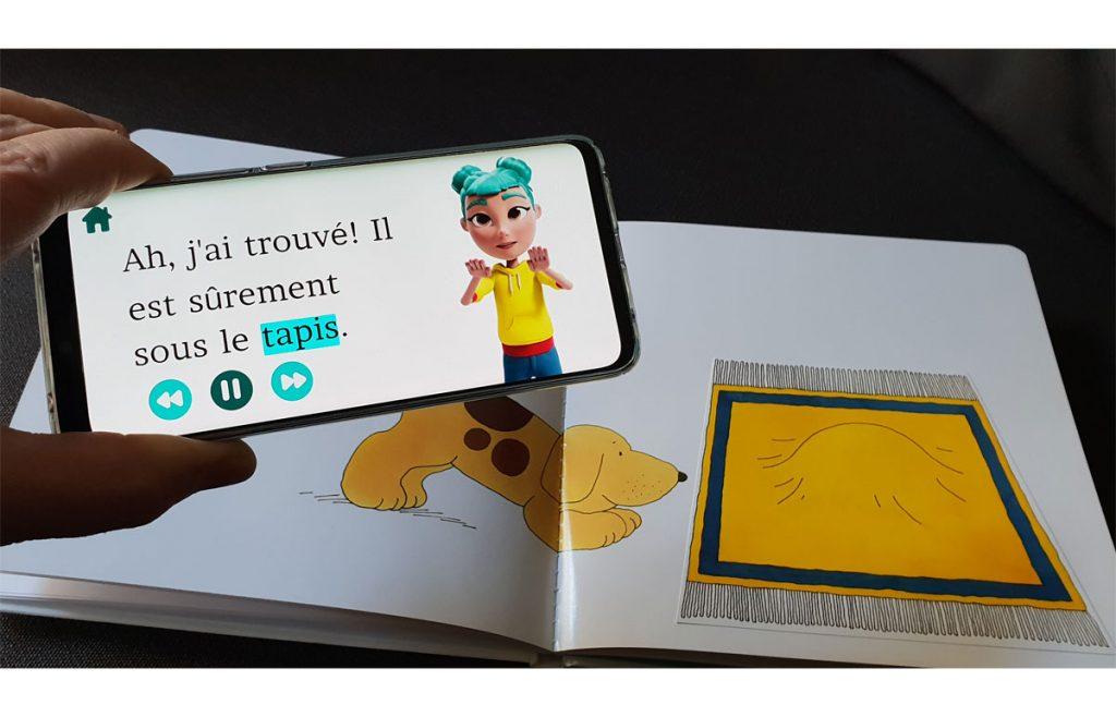 Diapo 2 : Un téléphone avec l'application StorySign et un livre compatible
