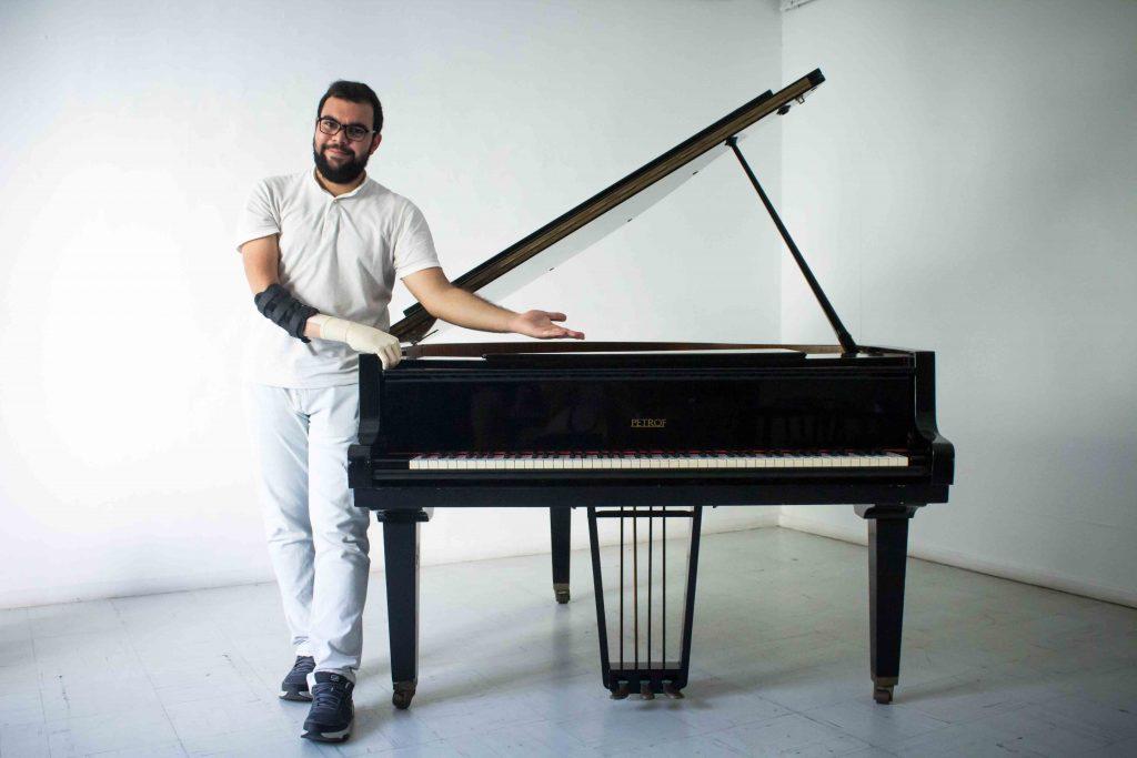 Diapo 2 : Une personne avec la prothèse Cure et un piano