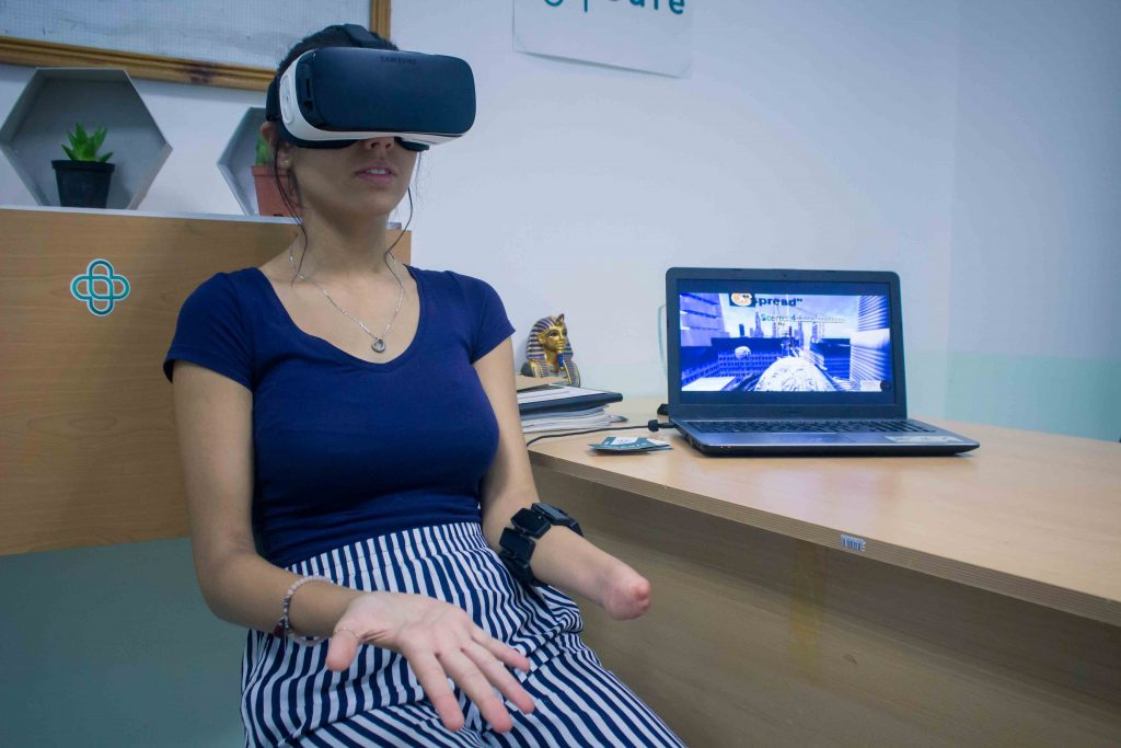 Diapo 3 : Une utilisatrice de la prothèse qui fait de la rééducation grâce à la réalité virtuelle