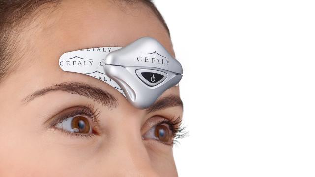 Diapo 2 : L'appareil Cefaly et une électrode sur le front d'une femme