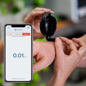 Le mètre connecté Macaron et un smartphone avec l'application accompagnant l'objet