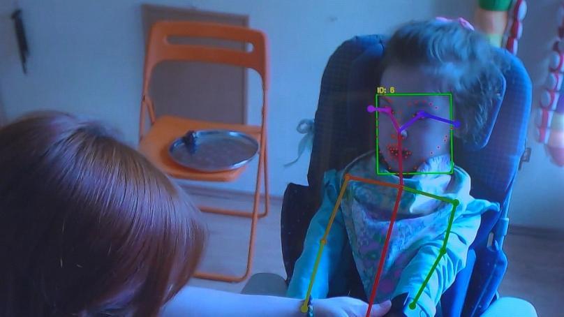 Diapo 4 : Un exemple d'Insension ou en tout cas de la reconnaissance faciale et les capteurs placés sur un visage d'une petite fille