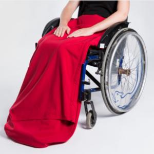 Photo d'une couverture rouge conçue pour les personnes en fauteuil roulant