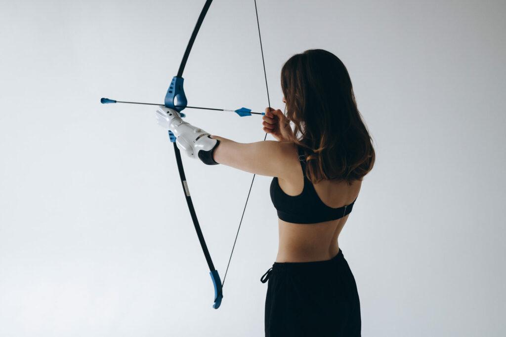 Diapo 4 : Femme ayant une prothèse au bras qui tire à l'arc