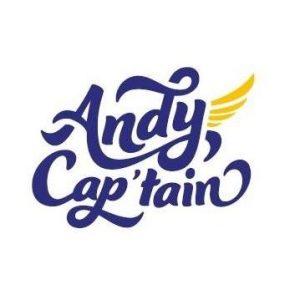 Logo d'AndyCap'tain écris en bleu avec une aile dorée qui part du y de Andy
