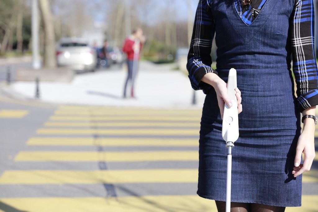Diapo 3 : Image d'un passage piéton avec un corps de femme utilisant la canne We Walk