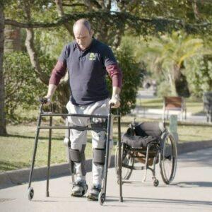 Une personne utilisant Able Human Motion, on peut voir son fauteuil en second plan également
