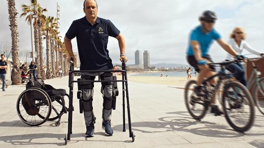 Diapo 4 : Une personne utilisant Able Human Motion, on peut voir son fauteuil en second plan également