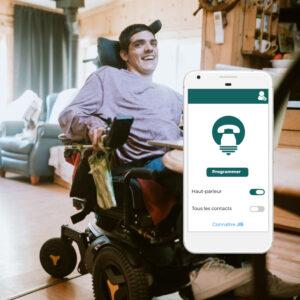 Une personne avec un fauteuil électrique dans un salon avec un montage d'un smartphone et l'application JIB calls dessus