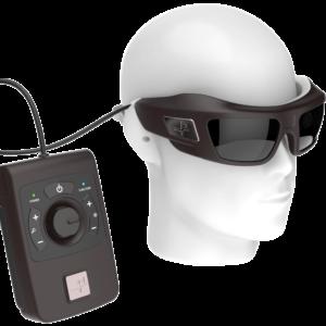 Image du dispositif Prima avec les lunettes et le boitier sur la tête d'un mannequin