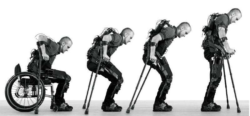 Diapo 5 : Homme réussissant à se lever grâce à l'exosquelette