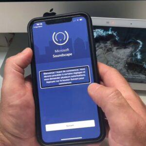 Photo d'une personne utilisant l'application Soundscape sur son smartphone