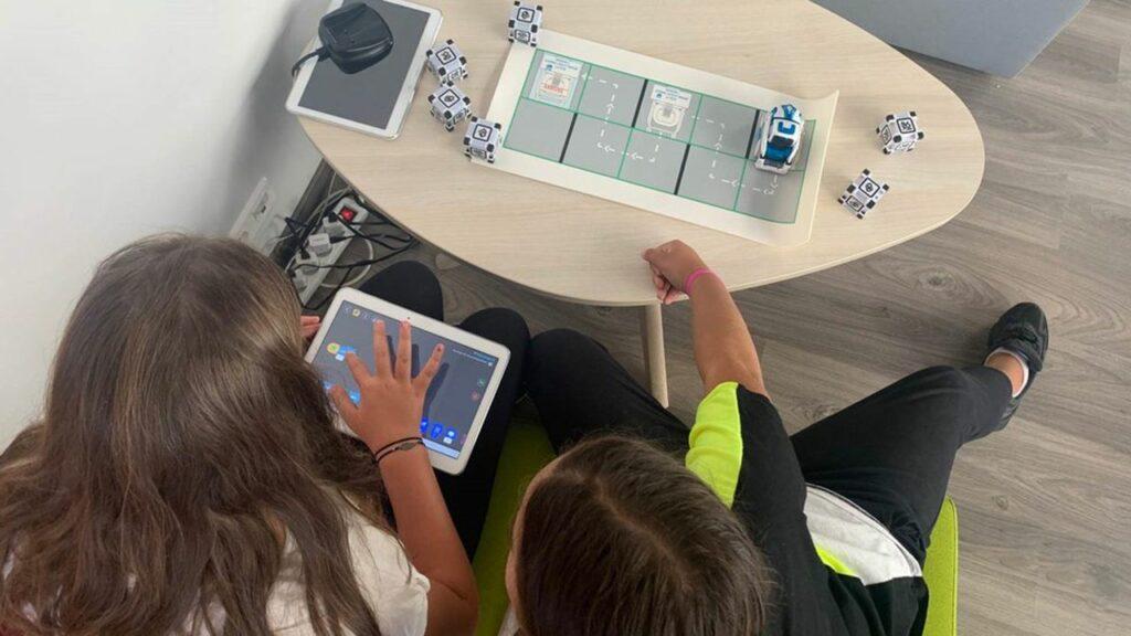 Diapo 3 : Deux petites filles essayant les jeux Crocos Go Digital