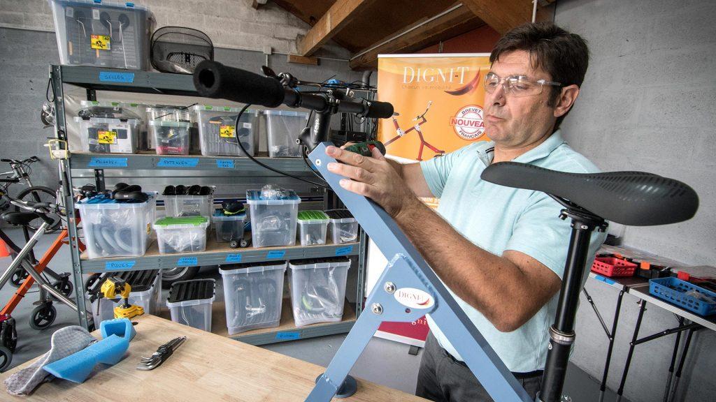 Diapo 3 : Arnaud Mestre, le fondateur de Digni-T travaillant sur un modèle dans son atelier