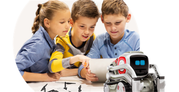 Diapo 4 : Trois enfants essayant les jouets Crocos Go Digital