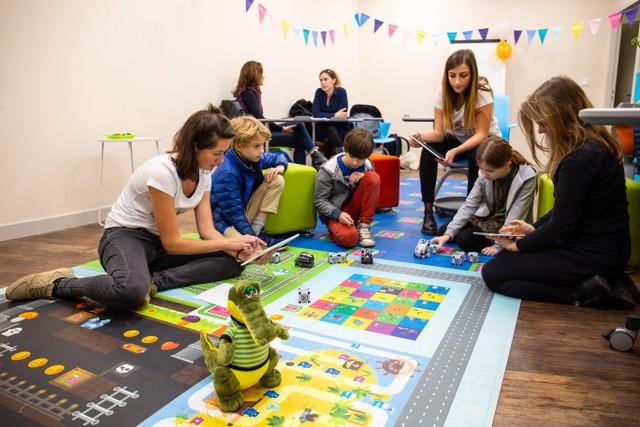 Diapo 1 : Adultes et enfants autour d'une aire de jeux durant un atelier proposé par Crocos Go Digital